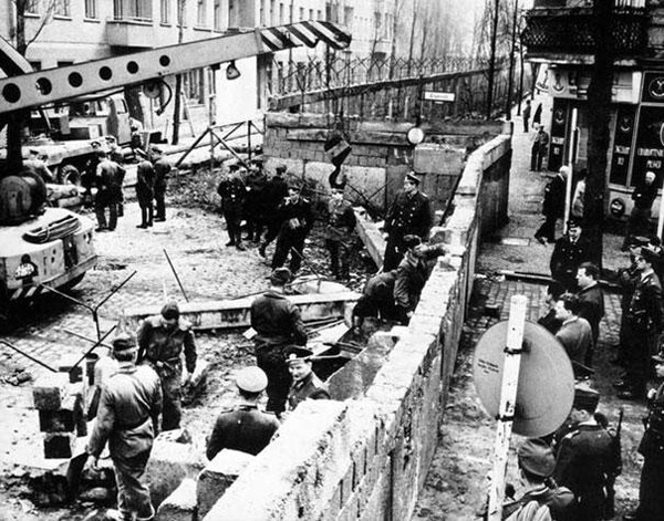 18.) The Berlin wall being constructed in 1961.