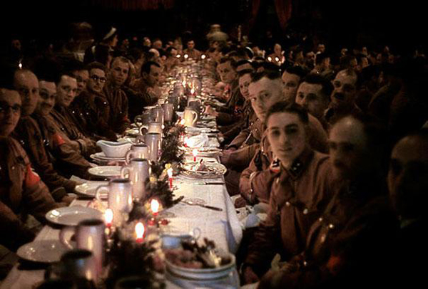 31.) Nazi officers and cadets celebrate Christmas with a feast in 1941.