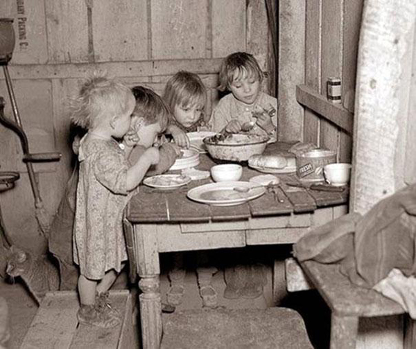 32.) Christmas dinner during the Depression.